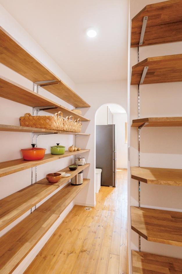 Sanki Haus(サンキハウス)静岡三基【輸入住宅、自然素材、省エネ】キッチンと洗面脱衣室をつなげるパントリーは、どちらにも便利さとスッキリをもたらす。周遊も可能で、共働きの奥さまを助けてくれる
