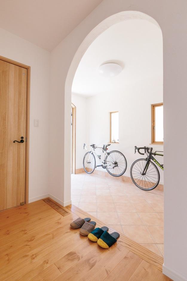 Sanki Haus(サンキハウス)静岡三基【輸入住宅、自然素材、省エネ】ロードバイクが趣味のおふたりは、玄関にメンテナンスもできる広さを希望した。タイルは斜めの四半張り。壁にはニッチも