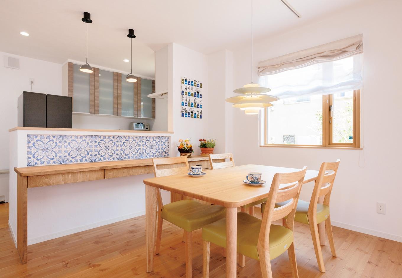 Sanki Haus(サンキハウス)静岡三基【輸入住宅、自然素材、省エネ】朝食や奥さまの書き物、将来の宿題スペースに引き出し付きのカウンターを造作。正面にはどこかに使いたかったというポルトガル産のタイル「アズレージョ」が張られている