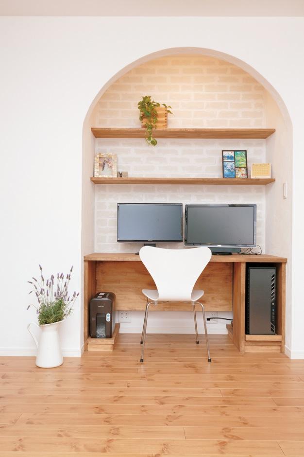 Sanki Haus(サンキハウス)静岡三基【輸入住宅、自然素材、省エネ】あえてラフに貼ったブリックレンガとアー チが空間の役割を穏やかに区切る。デスク と棚は造作。配線がしやすいようパソコンを引き出せるようになっている