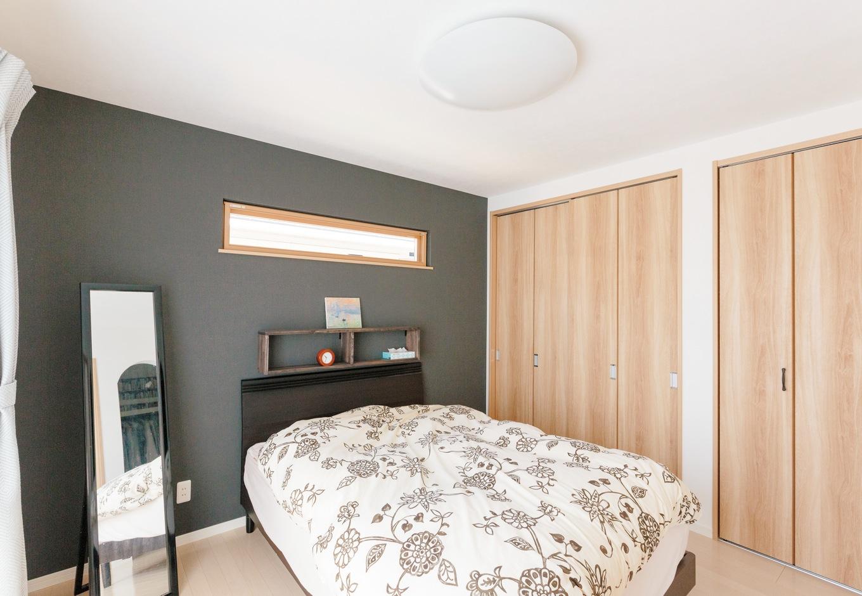 Sanki Haus(サンキハウス)静岡三基【輸入住宅、自然素材、省エネ】寝室は一面をブラックで引き締め、落ち着きを演出。ベッドの高さにあわせて、同じカラーの収納を造作してもらった。室内のクローゼットに加え、3.5畳のウォークインも用意されている