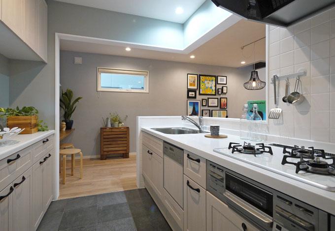 Sanki Haus(サンキハウス)静岡三基【デザイン住宅、自然素材、省エネ】敢えて囲うことで整然とした使いやすいキッチンになっている