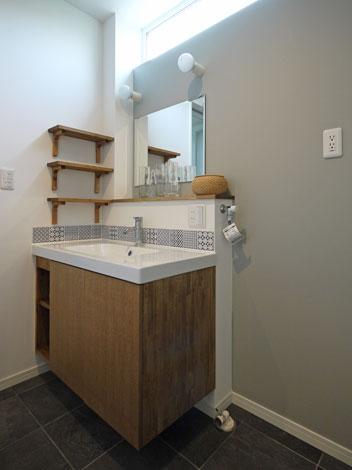 Sanki Haus(サンキハウス)静岡三基【デザイン住宅、自然素材、省エネ】回遊性のある間取りで、モダンで床から浮き上がった造作洗面