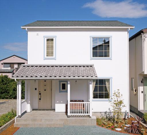 Sanki Haus(サンキハウス)静岡三基【デザイン住宅、自然素材、省エネ】眩しいくらい白い漆喰の外壁とカバードポーチが印象的