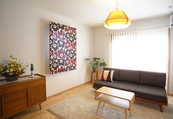 Sanki Haus(サンキハウス)静岡三基【デザイン住宅、趣味、高級住宅】間仕切りのないLDKの中のリビングスペース、ヤコブソンランプが柔かな光を放ちブロンドに輝く