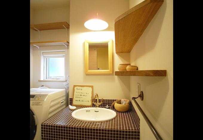 Sanki Haus(サンキハウス)静岡三基【デザイン住宅、趣味、高級住宅】こげ茶のモザイクタイルと輸入ボウルで造作された洗面。木の棚が空間のアクセントになっている
