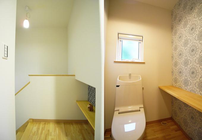 ニッチや小部屋の壁紙を北欧風のプリント地にするだけで暖かな表情に変わる壁面