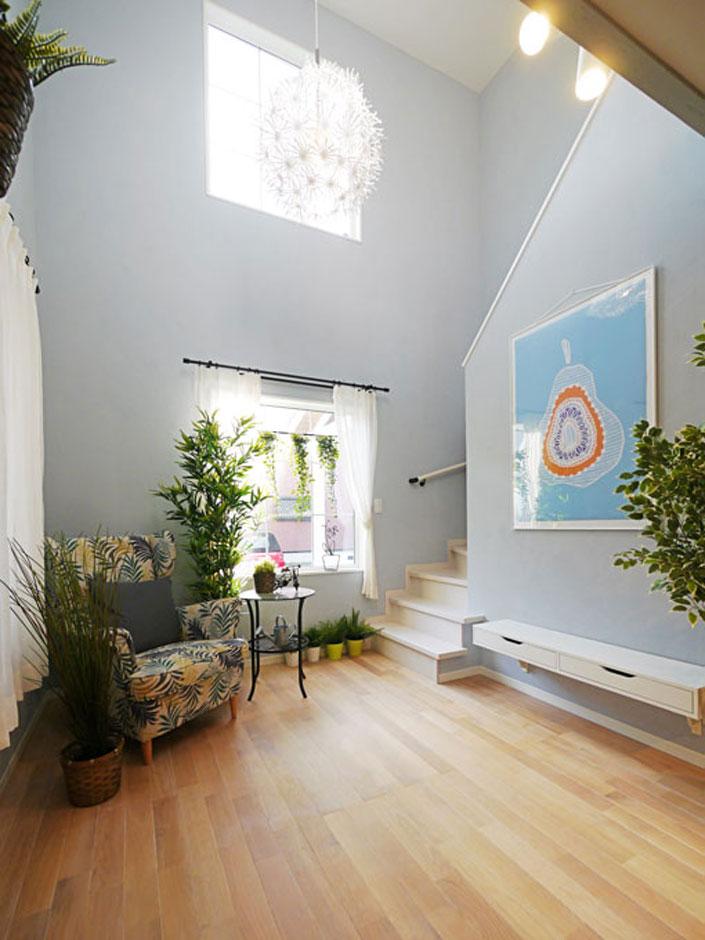 Sanki Haus(サンキハウス)静岡三基【デザイン住宅、自然素材、省エネ】格子のある大窓が上下に配置された吹抜けはこの家の宝物。明るさが奥まで届くのも大きな吹抜けの利点