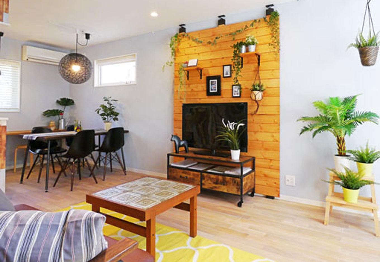 Sanki Haus(サンキハウス)静岡三基【デザイン住宅、自然素材、省エネ】20畳ほどある広いLDKは、羽目板の壁を境にダイニングとリビングに視覚的に分かれる