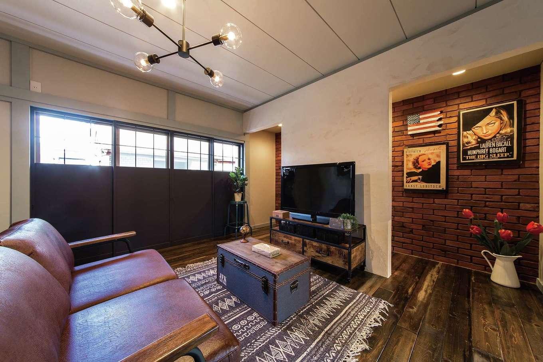 Sanki Haus(サンキハウス)静岡三基|和室はダイニングとひと続きのリビングに。通りに面した窓にあった障子の桟を利用し、目隠しになりつつ光を取り込む建具を造作