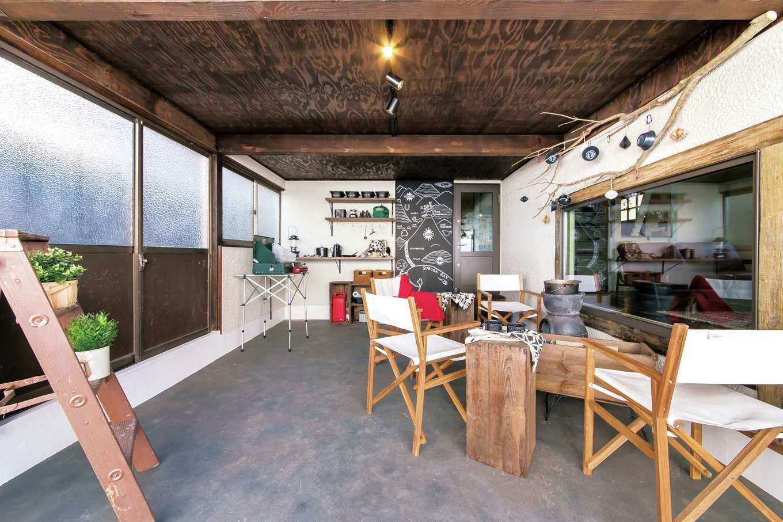 Sanki Haus(サンキハウス)静岡三基|愛車を収納するガレージは、リビングに面した壁にはペアガラスの樹脂サッシを取り付けた。アウトドア気分で過ごすスペースとしても活躍しそう