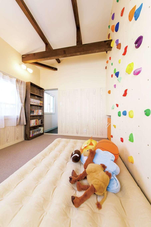 Sanki Haus(サンキハウス)静岡三基|天井をはがしたら太い梁が現れた。耐震補強のために壁も作り変えた為、ボルダリングができる子ども部屋に変身。どんな梁や柱が出て来るかは壊してみなければ分からないのがリノベーションの醍醐味