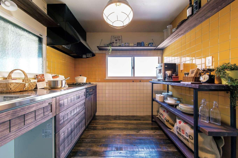 Sanki Haus(サンキハウス)静岡三基|主張の強かったイエローのタイルも半分だけ再利用。最新の機能を備えつつもレトロな表情が人気の木製キッチンは、他にはないオリジナル仕様