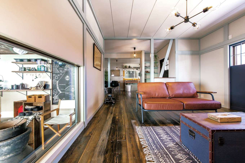 Sanki Haus(サンキハウス)静岡三基|元和室からキッチンまで広い視線を確保する事が出来た。窓からガレージも眺められ愛車を見ながらくつろぐ事ができる