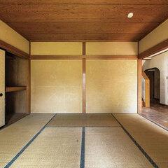 ジュラク壁や押入、床の間など、純和風の設えを残す和室。充分な広さと大きな掃き出し窓があるが、どこか閉塞感のある空間。キッチンへの動線も不便だった