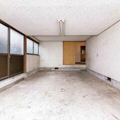 窓が付いて明るいインナーガレージ。一方で天井は低く圧迫感がある。直接家の中に入る動線はあるが、日常の暮らしの中に溶け込んでいる感じがなかった