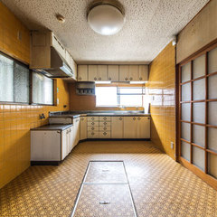 インパクトのある黄色のタイルは、あえて残して床板を用いて一体感を出した。キッチンの位置は変えたが窓の位置もそのままに印象を変える事ができる