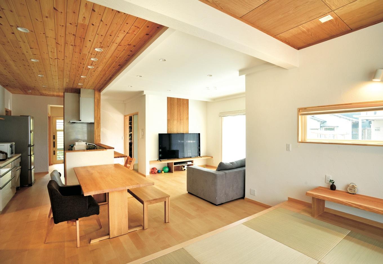 ひらおか建築【子育て、自然素材、省エネ】LDKと和室を合わせると24.5畳の大空間。キッチンから家族がどこにいてもわかる間取りでママも安心