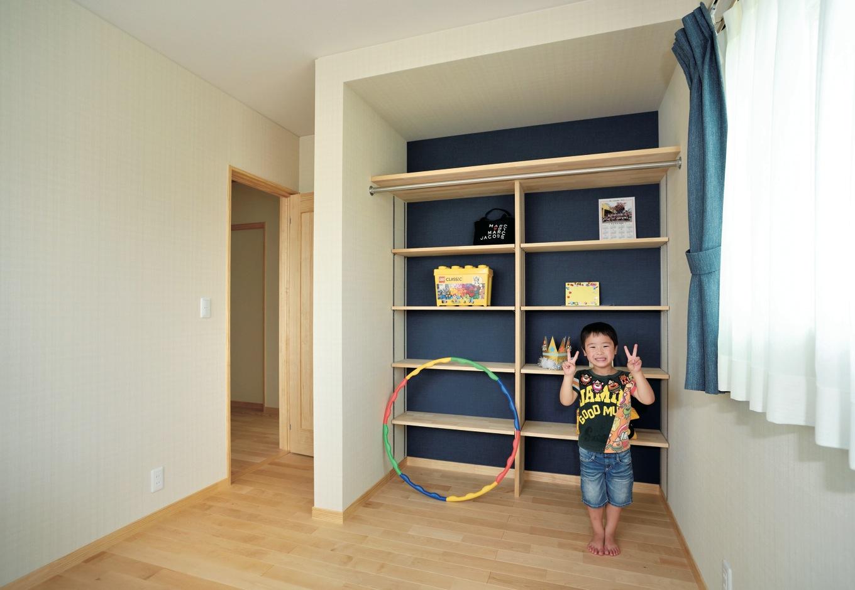 ひらおか建築【子育て、自然素材、省エネ】クローゼットの内部まで細かく収納棚を造作