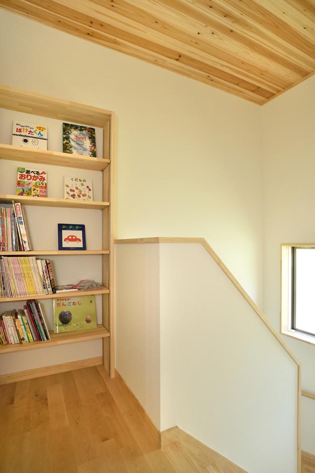 ひらおか建築【子育て、自然素材、省エネ】2階ホールのデッドスペースを有効利用した造作の本棚。子どもたちと一緒に読書を楽しむホームライブラリーとして大活躍