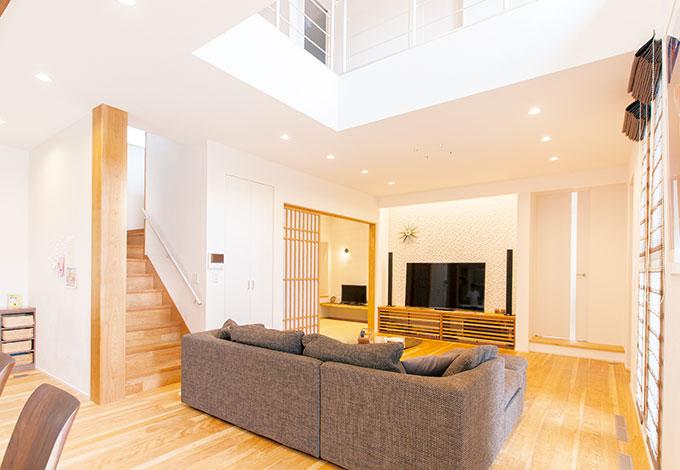 ひらおか建築【デザイン住宅、省エネ、建築家】開放的で洗練された空間だが、コントロールされた明るさとカバザクラの風合いによって、安らぎを感じさせる仕上が り。建具やテレビ台もオリジナル
