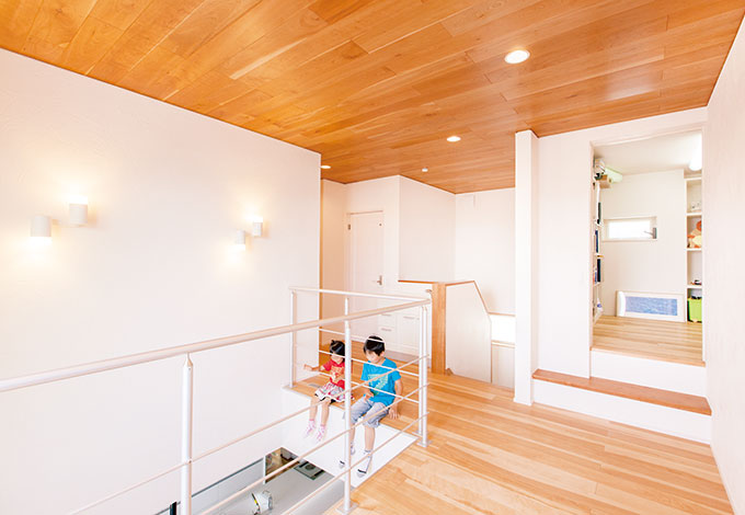 ひらおか建築【デザイン住宅、省エネ、建築家】112 階ホールは家族の声と顔が交差する場所。アルミ製の手すりで軽やかな空間になった。 一段上げて分割した収納部屋は、使い勝手のいい高さ可変の棚が用意されている