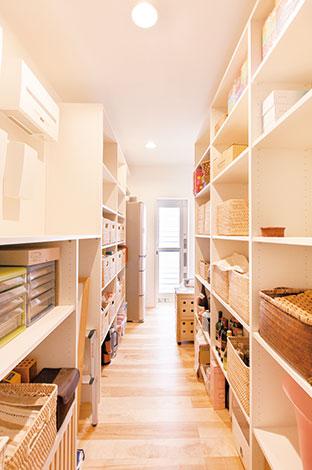 ひらおか建築【デザイン住宅、省エネ、建築家】キッチンとサニタリーのあいだに用意された収納スペースは、パントリーとしての機能に加え、日用品のストックや掃除用具などの置き場に。回遊できるようにし、利便性を高めている