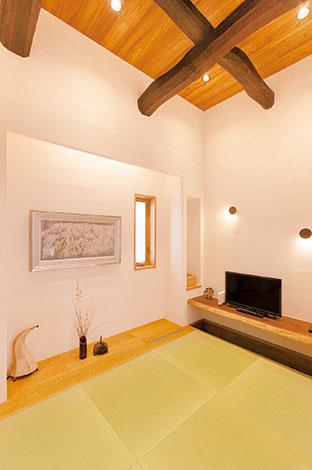ひらおか建築【デザイン住宅、省エネ、建築家】堀座卓のカウンターや現代的な床の間の解釈で、普段も使える空間に。梁は築150年ほどの古民家のものを再利用