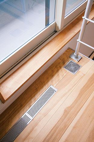 ひらおか建築【デザイン住宅、省エネ、建築家】床下に温風を送り、床全体をあたためる。各所の吹き出し口からは、あたたかな空気が放出。夏は冷風でやさしく冷やす