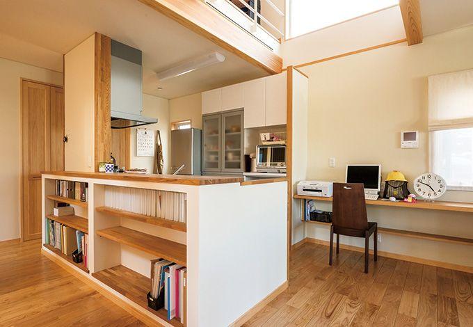 廊下の機能も生み出したアイランドキッチン。当初、背面はカウンターテーブルの予定だったが、本棚にする ことで収納性もアップ
