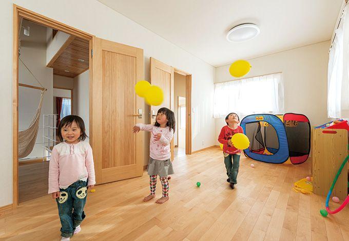 2部屋続きの子ども部屋はシンプルな作り。広々 空間で、子どもたちものびのびと遊べる