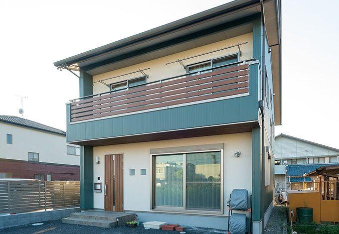 ガルバリウム鋼板と塗り壁の、異素材をミックス。玄関ドアとバルコニーのフェンスが、ナチュラルな印象
