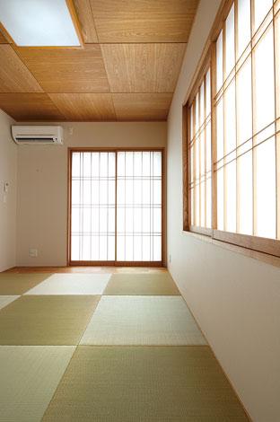 リビングとフラットに繋がる和室。琉球畳、障子の格子、天井の質感など、和のしつらえが冴える