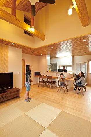 家族が集うリビング。天井が高く、開放感があるので居心地が良い