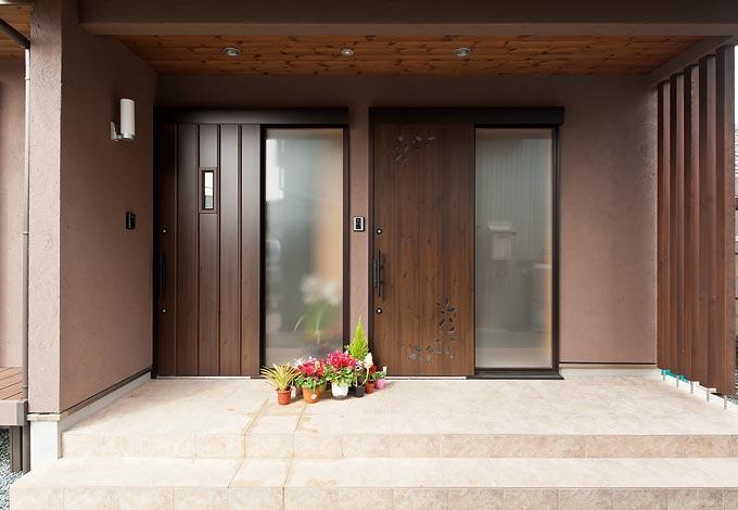 二世帯住宅のため、玄関は親世帯、子世帯と左右に分けた。汚れが目立たないように外壁は落ち着いた色合いに