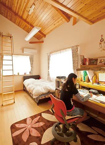 ロフトがあるために天井が高く、窓から明るい光が差し込む開放感のある空間