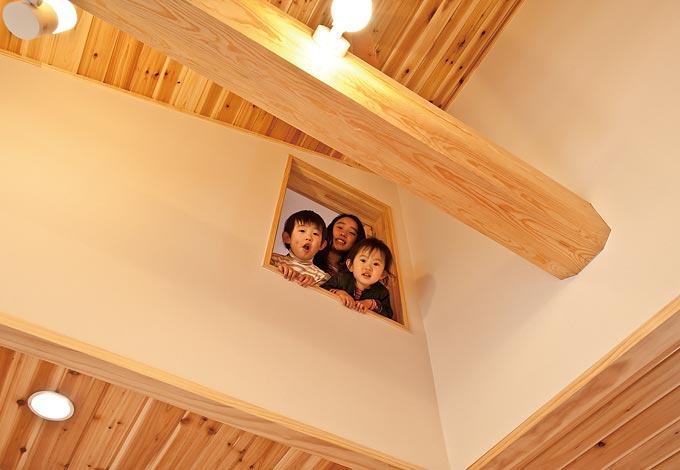 小屋裏収納の窓からリビングを望むことができる。窓を開けることで風が抜ける構造に