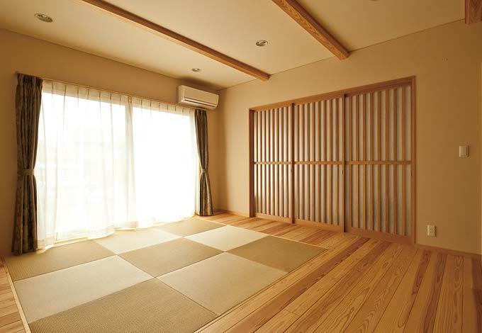 1階のリビングは杉を床材として使い、シックで温かみのある空間に。中央には、2階のリビングと同様に、琉球畳をあしらった