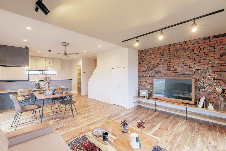 ARRCH アーチ【デザイン住宅、収納力、二世帯住宅】アカシアの無垢の床、アンティークレンガ貼りのアクセントウォール、モルタルの腰壁と、それぞれの素材感が個性を醸し出すLDK。2世帯一緒にのびのびとくつろげる