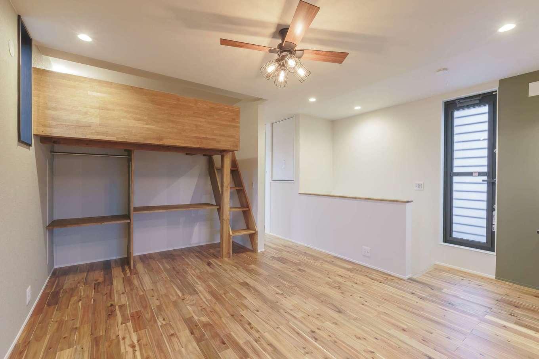 ARRCH アーチ【デザイン住宅、収納力、二世帯住宅】2階のフリースペースに設けた子ども用のロフト。机とハンガー掛けの上にベッドスペースがあり、子ども部屋に必要なアイテムをコンパクトに集約