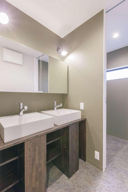 ARRCH アーチ【デザイン住宅、収納力、二世帯住宅】家族が多いので、朝の忙しい時間に家族が同時に仕度ができるよう、洗面ボウルとミラーを2つずつ設置