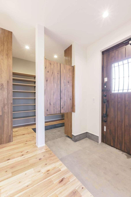 ARRCH アーチ【デザイン住宅、収納力、二世帯住宅】玄関は、家族みんなで入っても窮屈にならない広さと、お洒落な一家の靴が全て収まる大容量シューズクローゼットを確保。土間はキッチン同様、炭入りモルタルでインダストリアルに仕上げた