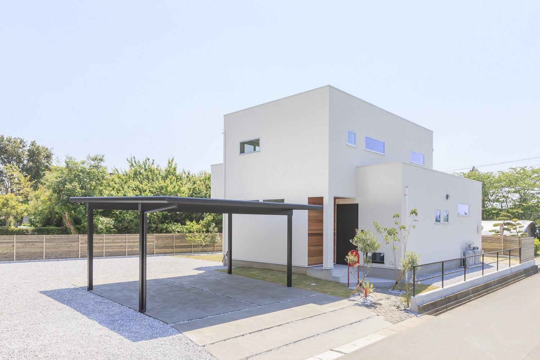 ARRCH アーチ【デザイン住宅、間取り、建築家】箱型のシンプルな外観。白い塗り壁に玄関ポーチのレッドシダー張りが映える。玄関先の赤いポストがアクセント