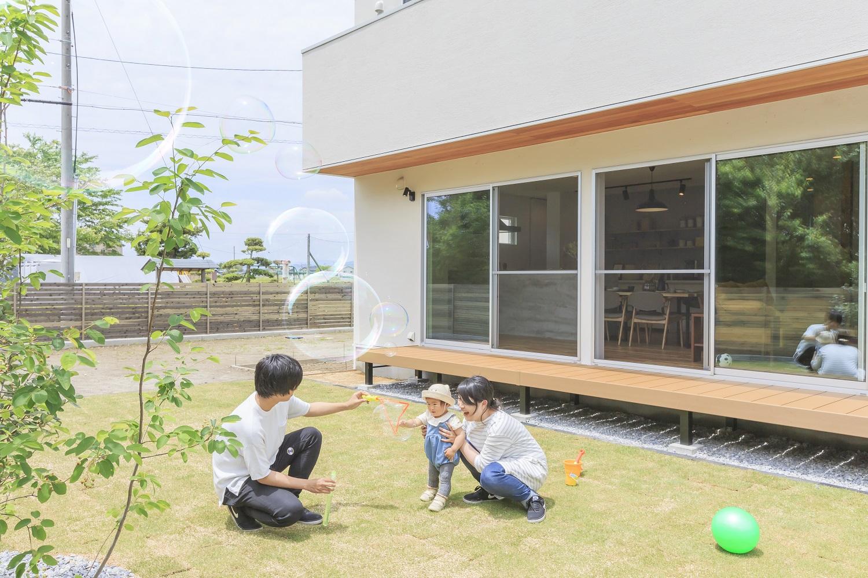 ARRCH アーチ【デザイン住宅、間取り、建築家】LDKの南面に広がる芝生の庭とデッキは家族の憩いの空間。お子さまの成長とともに、これからここで楽しいシーンが沢山生まれそう