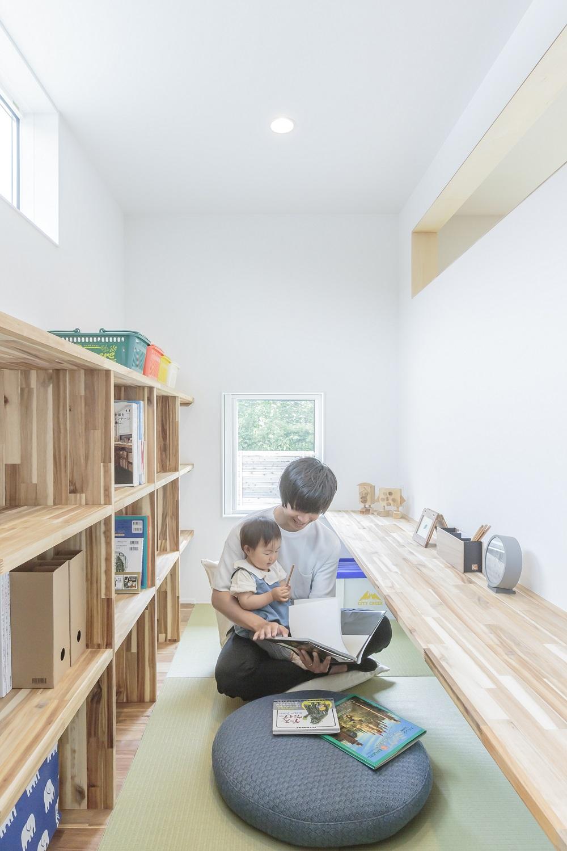 ARRCH アーチ【デザイン住宅、間取り、建築家】リビングの隣に設けたファミリーライブラリー。お子さまと絵本を読んだり、1人の時間を楽しんだりとフレキシブルに活躍。壁の上部がオープンになっていて、リビングとつながっているので、部屋は仕切ってあっても常に家族の気配を感じていられる