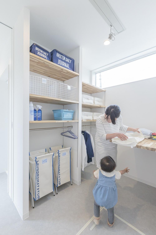 ARRCH アーチ【デザイン住宅、間取り、建築家】水回りには回遊動線を確保し、家事ラクを実現。ランドリーコーナーでは衣類を脱ぐ・洗う・干す・しまうを一か所でこなすことができる