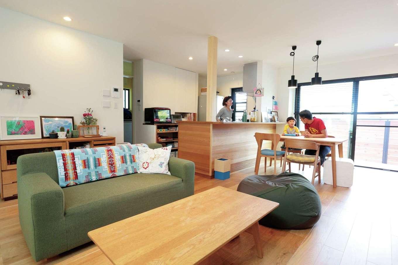 小幡建設【デザイン住宅、収納力、省エネ】無垢の床が心地良く、造作のキッチンカウンター、家具とぴったりマッチ