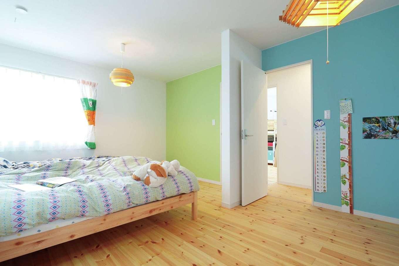 小幡建設【デザイン住宅、収納力、省エネ】グリーンとブルーの壁紙が爽やかな、子どもが楽しくなる部屋。将来、間仕切り可能
