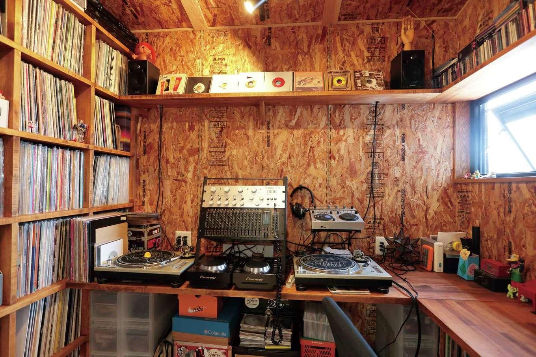 小幡建設【デザイン住宅、収納力、省エネ】2階に設けたオーディオルーム兼書斎。DJブースにコレクションのレコードもすっきり収まり、ご主人の最高の趣味部屋に