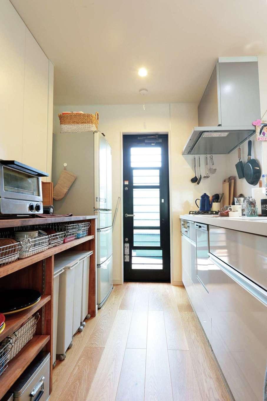 小幡建設【デザイン住宅、収納力、省エネ】キッチン背面には収納したい物が計算された収納棚を設置。勝手口からもテラスに繋がる